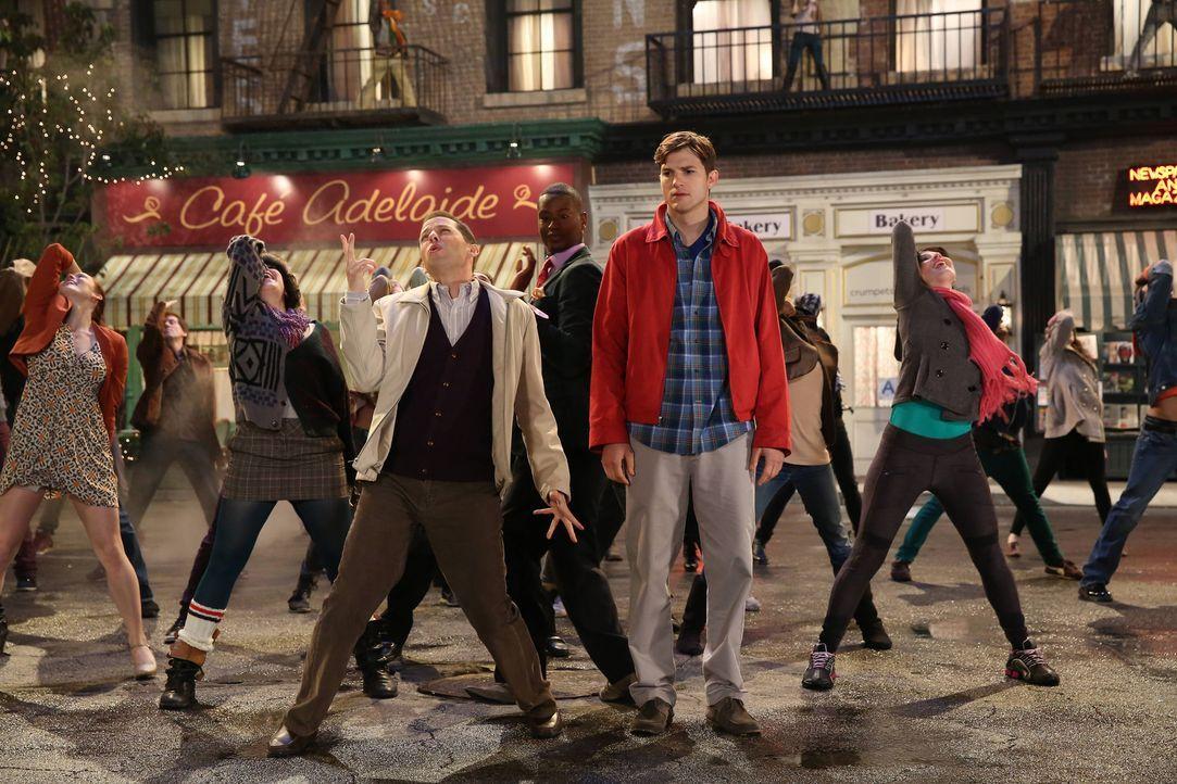 Walden (Ashton Kutcher, vorne r.) hat eine ganz besondere Fantasie ... - Bildquelle: Warner Bros. Television
