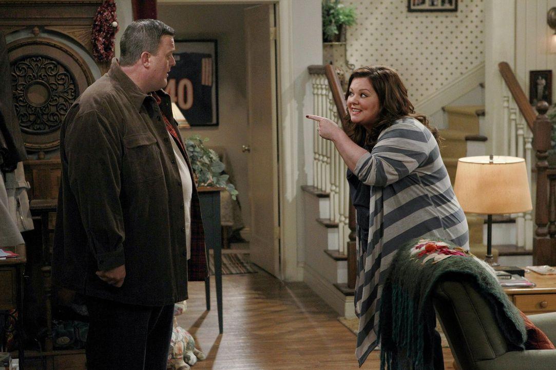 Ein Treffen mit Pfarrer Justin verläuft für Mike (Billy Gardell, l.) und Molly (Melissa McCarthy, r.) leider völlig anderes als geplant ... - Bildquelle: Warner Brothers
