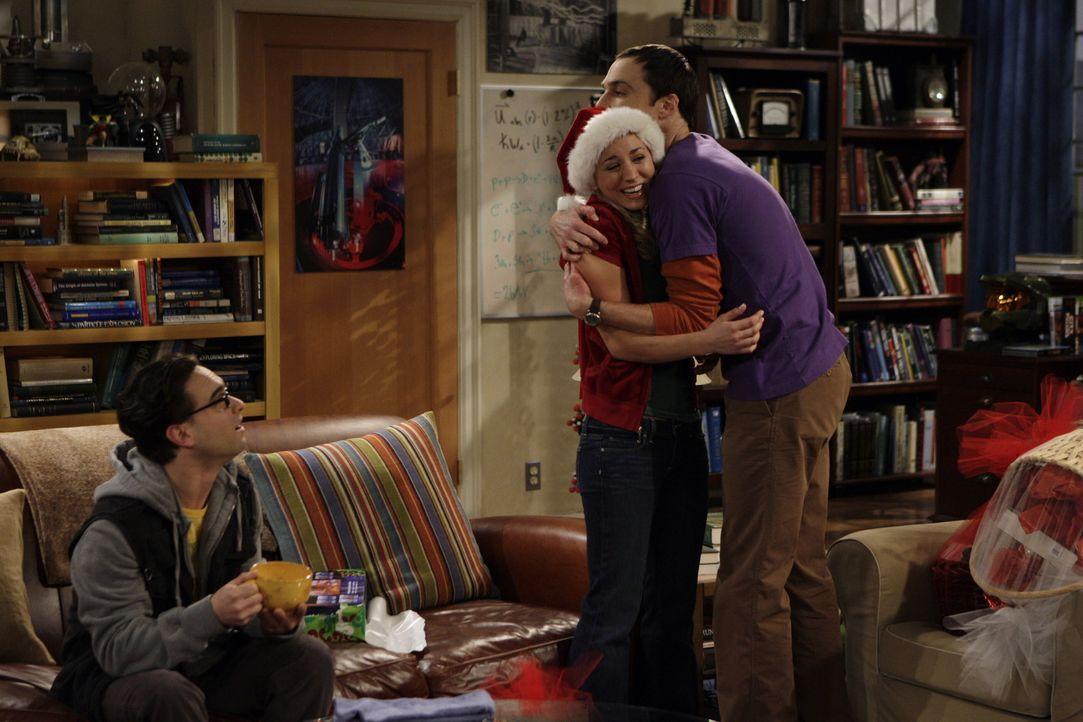 Weihnachten wird für alle eine Überraschung: Leonard (Johnny Galecki, l.), Penny (Kaley Cuoco, M.) und Sheldon (Jim Parsons, r.) ... - Bildquelle: Warner Bros. Television