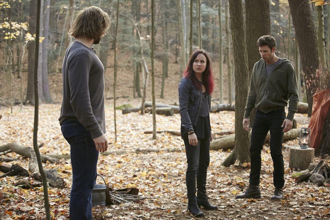 Noch glauben Nick (Steve Lund, r.) und Paige (Tommie-Amber Pirie, M.), dass Clay (Greyston Holt, l.) wirklich nur wegen ihrer ungewöhnlichen Allianz... - Bildquelle: 2015 She-Wolf Season 2 Productions Inc.