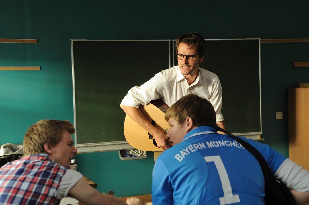 Anfangs befürchten Hank (Benjamin Seidel, l.) und Mark (Christopher Puttins, r.), dass auch der neue Musiklehrer eine Vorliebe für Triangel-Liedch... - Bildquelle: Hardy Spitz SAT.1