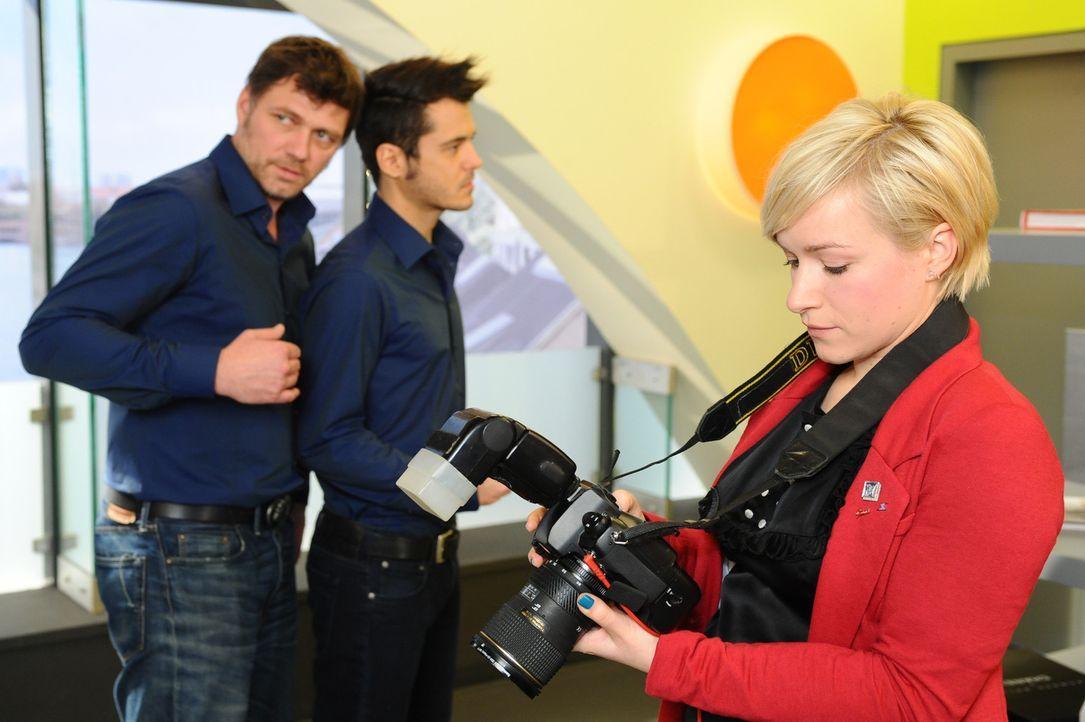 Maik wird auf einem Shooting mit Nick konfrontiert. (v.l.n.r.) Nick (Björn Bugri), Maik (Sebastian König) und Olivia (Kasia Borek) ... - Bildquelle: SAT.1