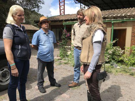Tamme Hanken  - Carmen (l.), Reiseführer Marco (2.v.l.) und Pferdeflüsterer J...