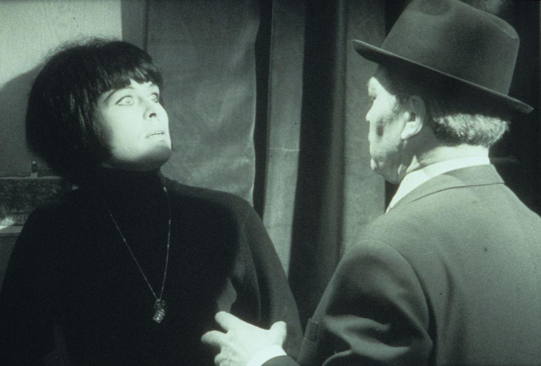 Margie Fielding (Barbara Rütting, l.) ist nicht gerade erfreut, als ihr plötzlich der Hexer (René Deltgen, r.) gegenübersteht ... - Bildquelle: Constantin Film
