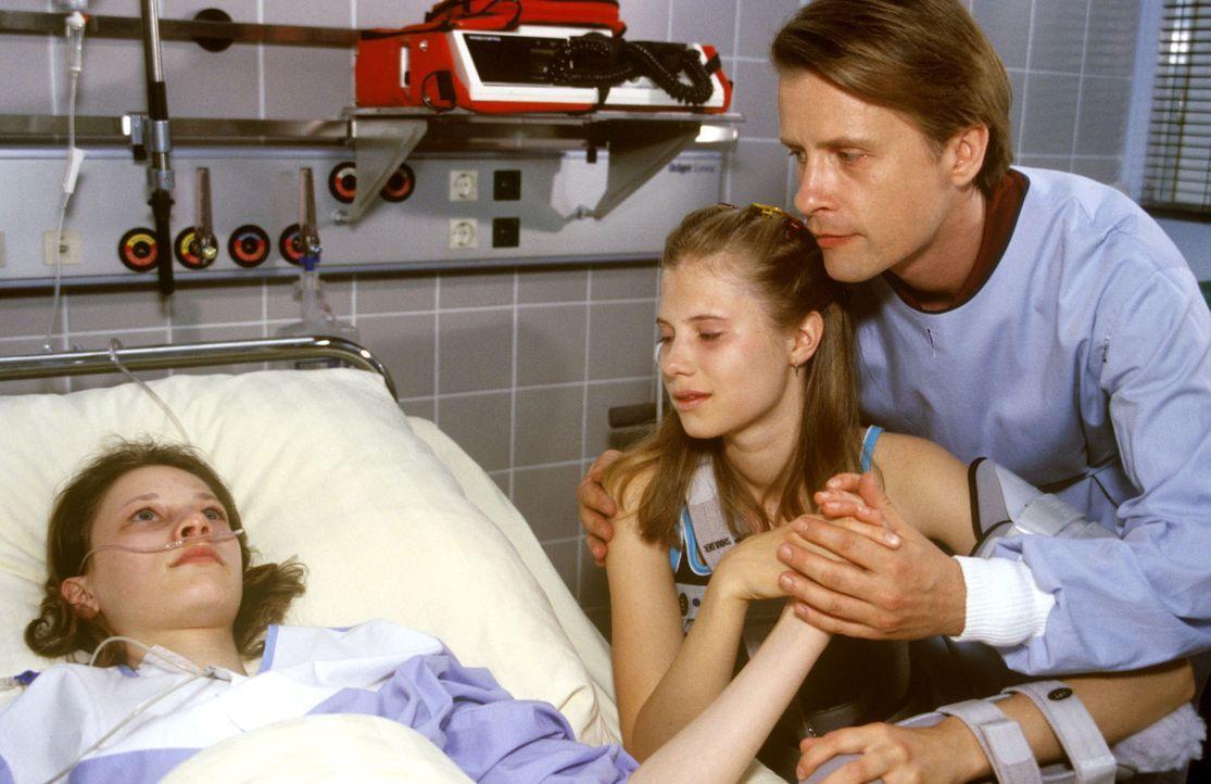 Nach ihrem zweiten Selbstmordversuch ist Steffi (Isabelle Hoffmann, l.) nicht mehr ansprechbar. Ihr Vater (Axel Wandtke, r.) und ihre Zimmergenossin... - Bildquelle: Christina Kurby Sat.1
