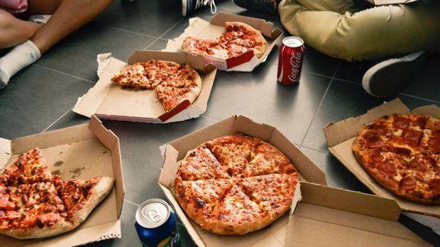 Mitarbeiter essen Pizza