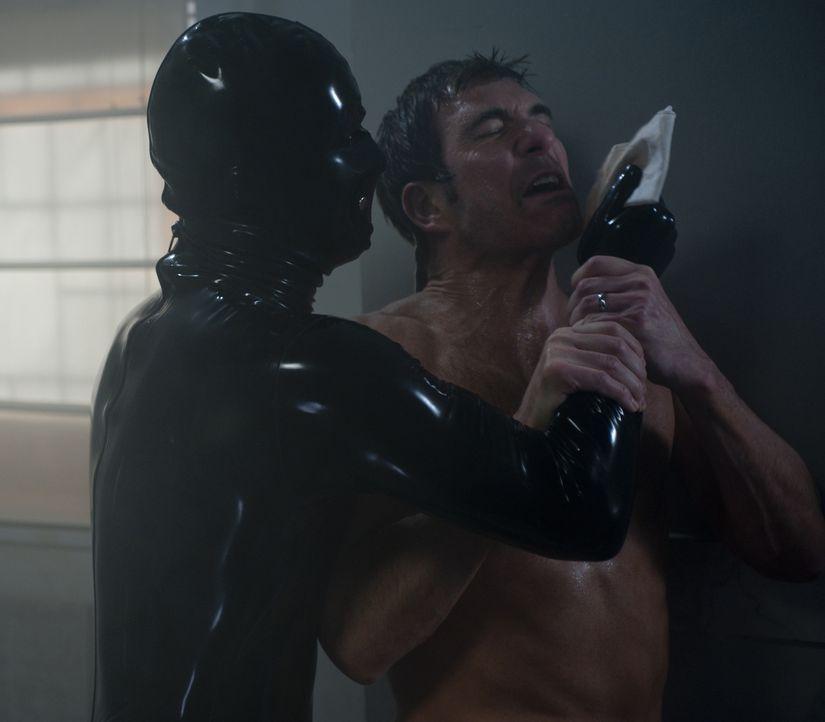 Ehe er sich versieht, wird Ben (Dylan McDermott, r.) von dem mysteriösen Latex-Mann attackiert ... - Bildquelle: 2011 Twentieth Century Fox Film Corporation. All rights reserved.