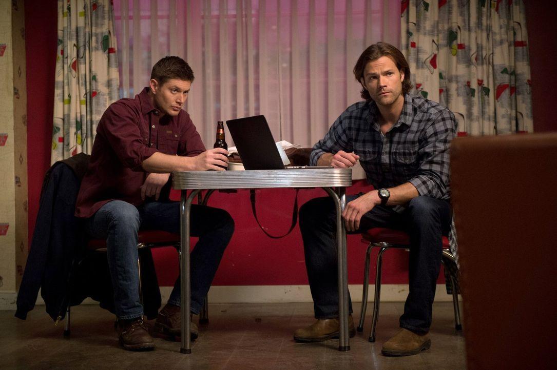 Ausgerechnet am Valentinstag wird einer jungen Frau das Herz herausgerissen. Dean (Jensen Ackles, l.) und Sam (Jared Padalecki, r.) erkennen schließ... - Bildquelle: 2014 Warner Brothers
