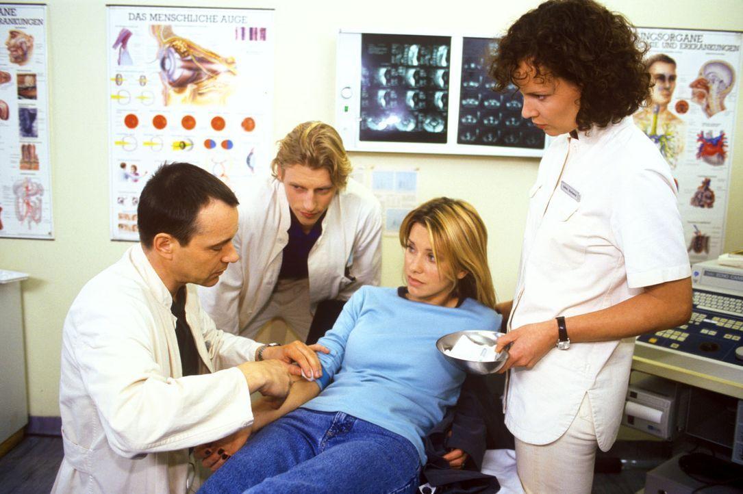Elisabeth Schatz (Karina Kraushaar, 2.v.r.) kommt mit starken Blutungen ins Luisenkrankenhaus. Sie verschweigt Dr. Stein (Christoph Schobesberger, l... - Bildquelle: Noreen Flynn Sat.1