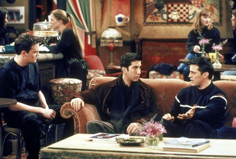 Ross (David Schwimmer, M.) und Joey (Matt LeBlanc, r.) versuchen, Chandler (Matthew Perry, l.) zu beruhigen: Seine Freundin Kathy hat in einem Theat... - Bildquelle: TM+  2000 WARNER BROS.