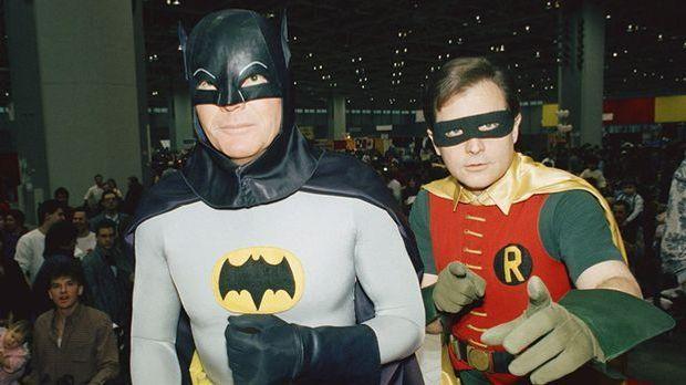Die Schauspieler Adam West als Batman (l.) und Burt Ward als Robin