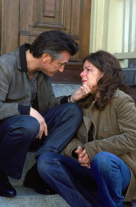 Celestes (Marcia Gay Harden, r.) Ehemann Dave gerät schon bald in den Verdacht, der perverse Mörder von Jimmys (Sean Penn, l.) Tochter zu sein. Da... - Bildquelle: Warner Bros. Pictures
