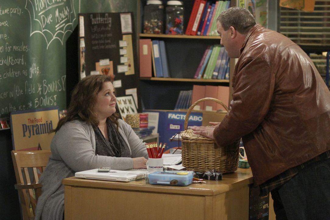 Mike (Billy Gardell, r.) hat eine ganz besondere Überraschung für Molly (Melissa McCarthy, l.) ... - Bildquelle: Warner Brothers
