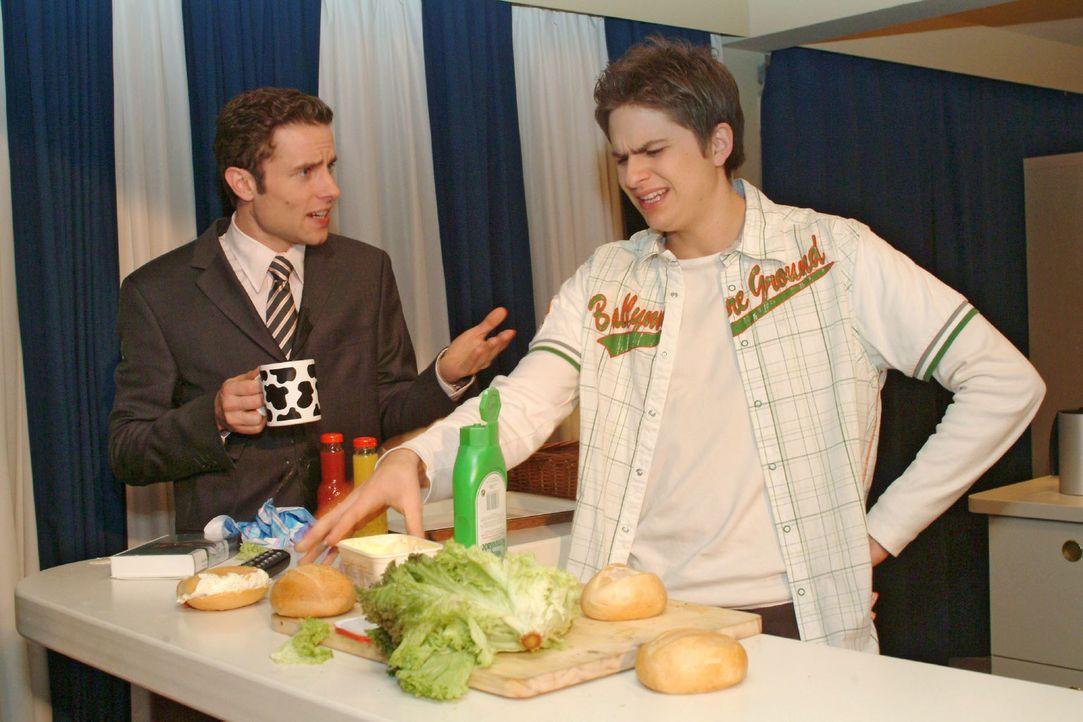 Timo (Matthias Dietrich, r.) klagt Max (Alexander Sternberg, l.) sein Leid - er fühlt sich zu Hörerem berufen als Schnittchen schmieren... - Bildquelle: Monika Schürle Sat.1