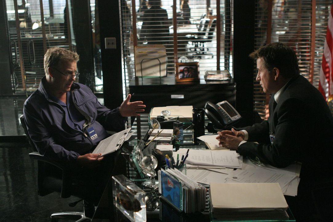 Gil Grissom (William Petersen, l.) kommt aus Las Vegas, um Jack Malone (Anthony LaPaglia, r.) und seinem Team bei der Auflösung des aktuellen Falles... - Bildquelle: Warner Bros. Entertainment Inc.