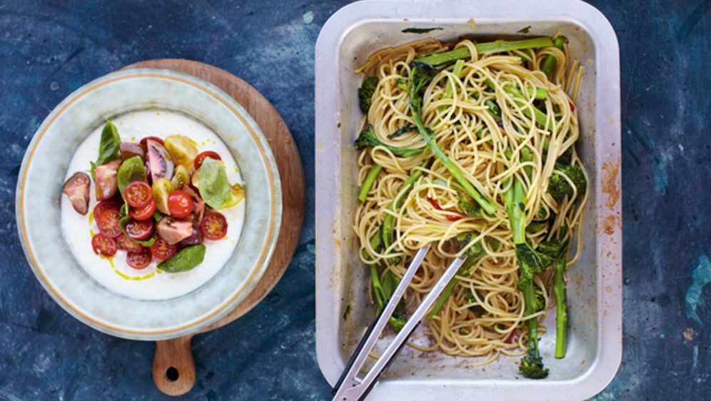 Spaghetti mit Sardellen - Bildquelle: 2012 Jamie Oliver Enterprises Limited. Photography: David Loftus