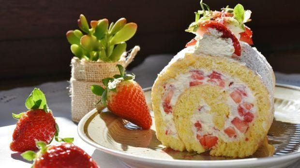 strawberry-roll-1263099_1920