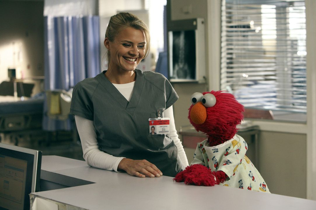 Dr. Denise Mahoney (Eliza Coupe, l.) macht Bekanntschaft mit Elmo (r.) ... - Bildquelle: Touchstone Television