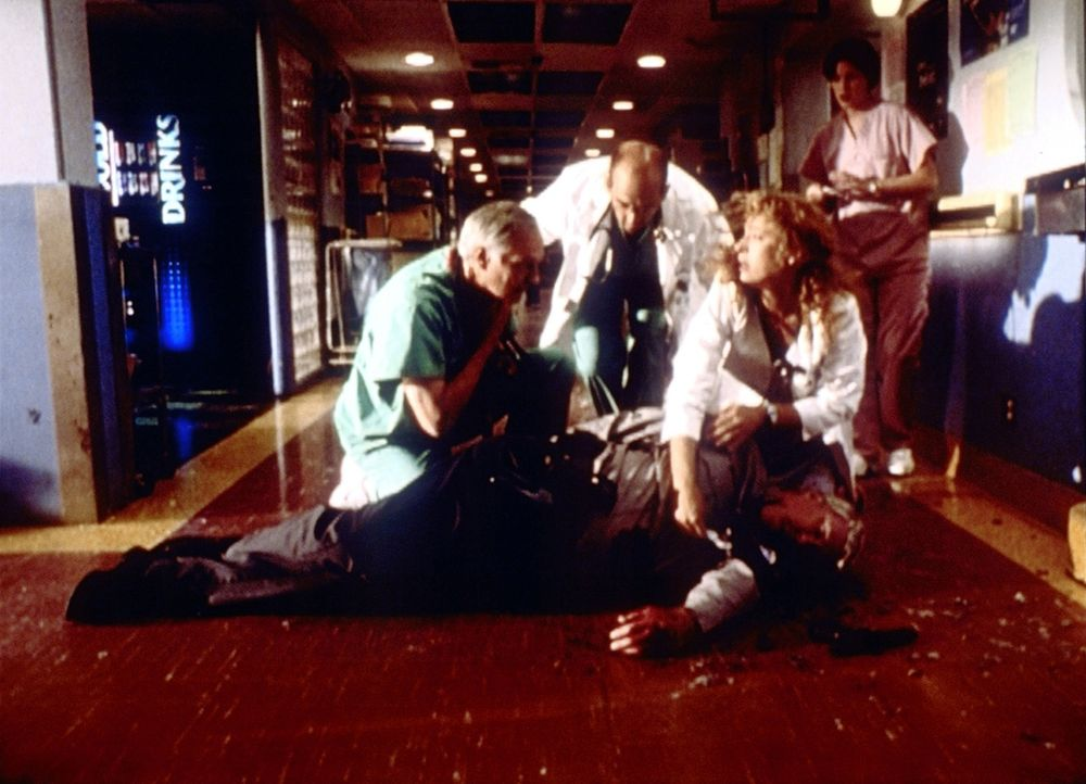 Greene (Anthony Edwards, M.) und sein Rivale Dr. Lawrence (Alan Alda, l.) leisten erste Hilfe bei einem Besucher, der einem Amokläufer zum Opfer gef... - Bildquelle: TM+  2000 WARNER BROS.