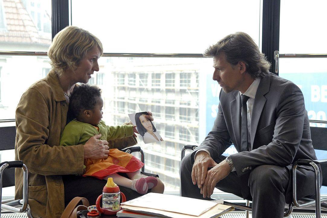 Als Alex (René Steinke, r.) zur Arbeit erscheint, wartet die Sozialarbeiterin Trimborn (Kirsten Block, l.) in seinem Büro und erklärt ihm, dass er V... - Bildquelle: Christoph Assmann Sat.1