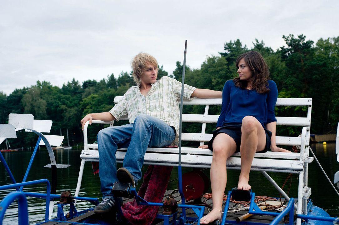 Kommen sich langsam näher: Jakob (Constantin von Jascheroff, l.) und Natalie (Diane Willems, r.) ... - Bildquelle: Gordon Mühle Sat.1