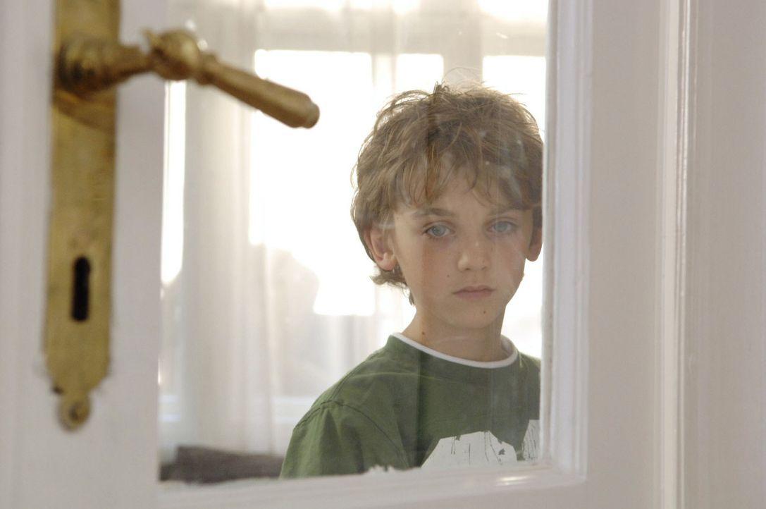 Oliver (Joel Eisenblätter) belauscht seine Mutter, als sie ihrer Freundin Barbara von ihren Ängsten und Sorgen erzählt ... - Bildquelle: Sat.1