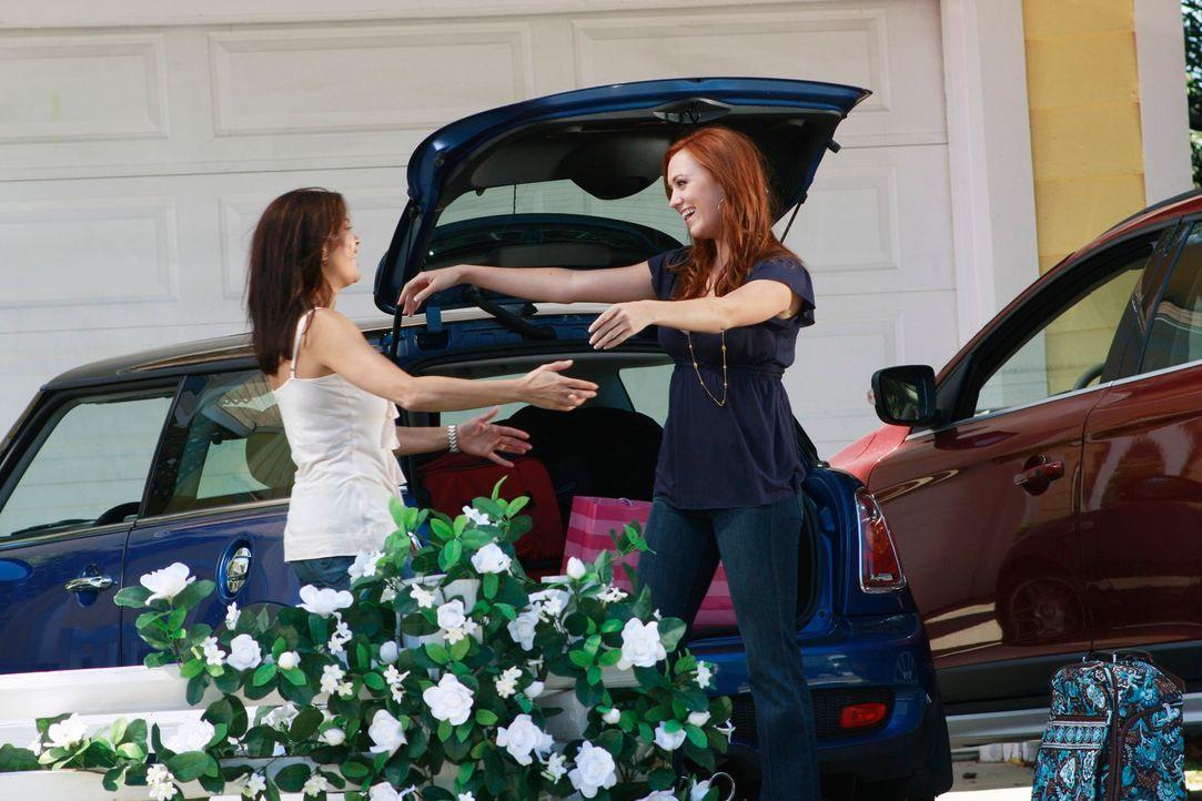 Rückblick: Julie (Andrea Bowen, r.) kommt, um ihrer Mutter Susan (Teri Hatcher, l.) an ihrem großen Tag beizustehen und lernt Danny Bolen kennen, de... - Bildquelle: ABC Studios