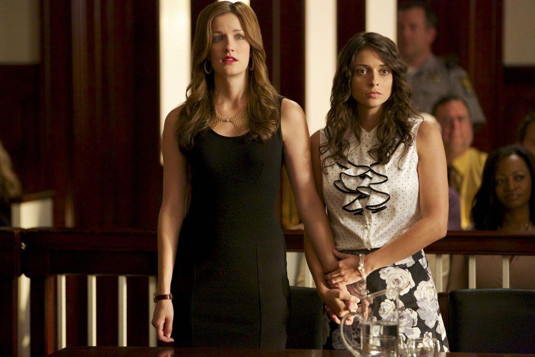 Jamie (Anna Wood, l.) setzt sich für ihre Klientin Amber (Beth Keener, r.) ein. Wird sie jedoch eine andere Klientin fallen lassen? - Bildquelle: 2013 CBS BROADCASTING INC. ALL RIGHTS RESERVED.