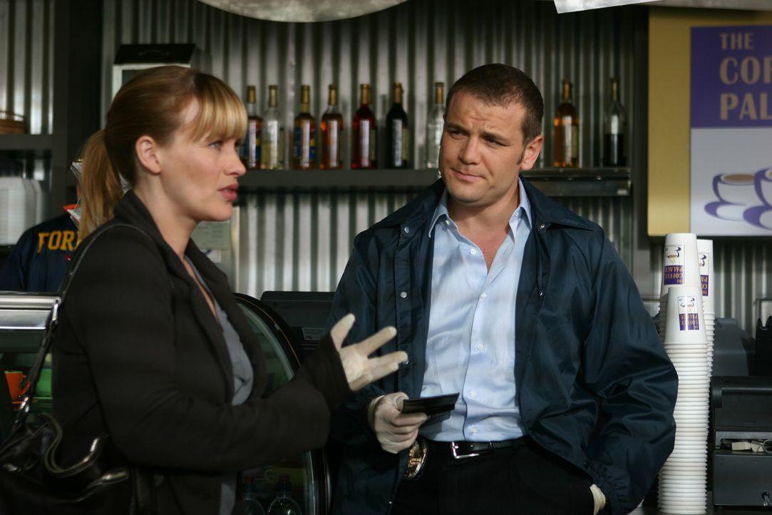 Allison (Patricia Arquette, l.) und Detective Lee Scanlon (David Cubitt, r.) untersuchen den Tatort … - Bildquelle: Paramount Network Television