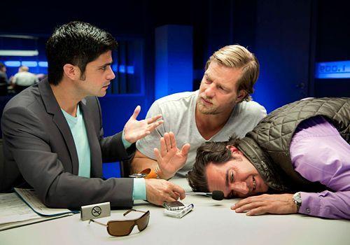 Schon bald kommt Mick (Henning Baum, M.) und Andreas (Maximilian Grill, l.) der Verdacht, dass Pizzafahrer Fabio (Thomas M. Held) mit Pinocchio verw... - Bildquelle: Martin Rottenkolber - Sat1