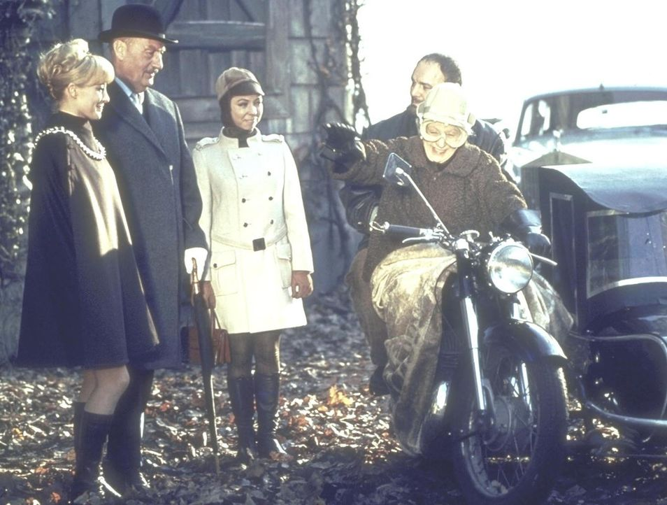 Die Ermittlungen von Sir John (Siegfried Schürenberg, 2.v.l.), dem Komissar von Scotland Yard, erhalten unter der Mithilfe der Erbin Jane Wilson (Ka... - Bildquelle: Constantin Film