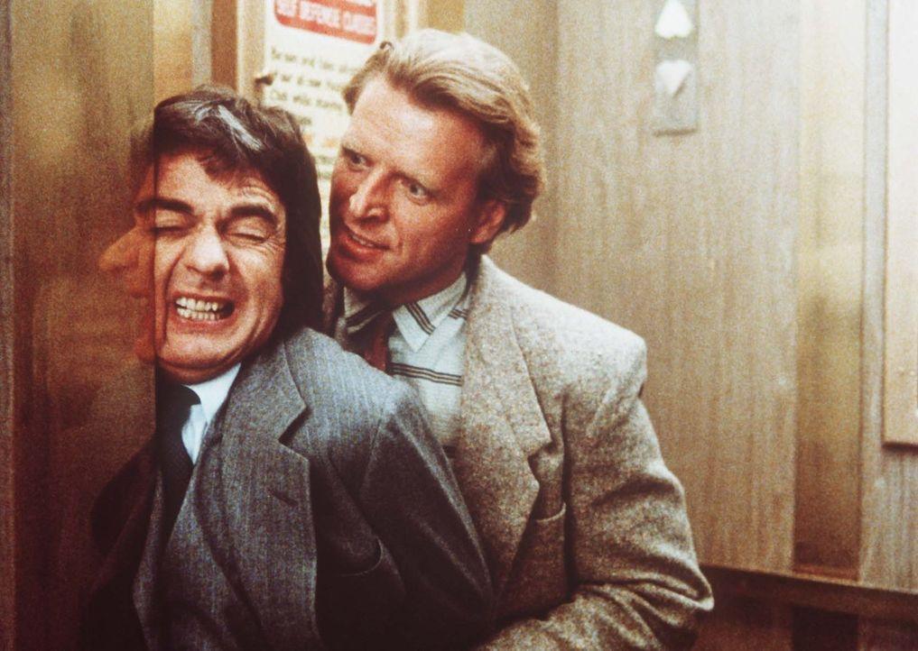 Wylie (Dudley Moore, l.) in der Klemme: Der Industriespion Jeff (David Rasche, r.) interessiert sich für die russischen Pläne, die dem Ingenieur in... - Bildquelle: Paramount Pictures
