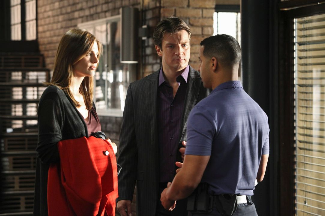 Javier Esposito (Jon Huertas, r.) hat interessante Neuigkeiten für Richard Castle (Nathan Fillion, M.) und Kate Beckett (Stana Katic, l.) ... - Bildquelle: 2010 American Broadcasting Companies, Inc. All rights reserved.