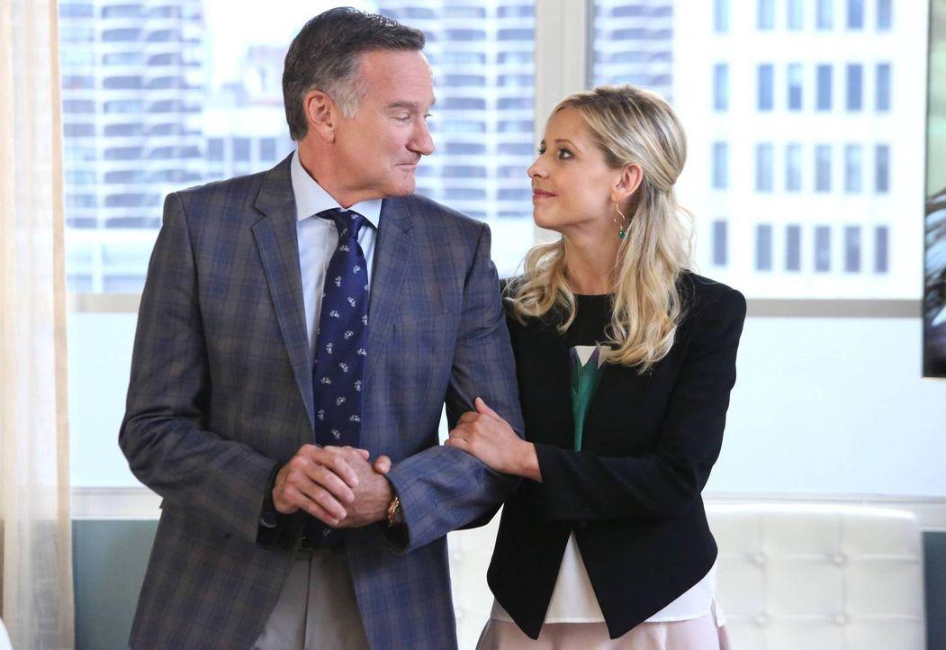 Bei einem neuen Auftrag steht Simon (Robin Williams, l.) plötzlich als der mieseste Dad der Welt da. Daraufhin versucht er, bei seiner Tochter Sydne... - Bildquelle: 2013 Twentieth Century Fox Film Corporation. All rights reserved.