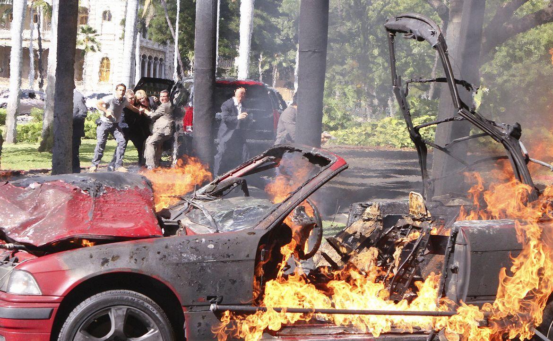 Als Laura Hills, die Assistentin der Gouverneurin (Jean Smart, hinten 3.v.l.), durch eine Autobombe ums Leben kommt, wird Steve McGarrett (Alex O'Lo... - Bildquelle: 2011 CBS BROADCASTING INC.  All Rights Reserved.