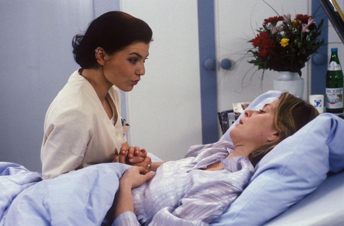 Stephanie (Claudia Schmutzler, l.) versucht einfühlsam herauszufinden, wo die Fieberkrämpfe und Schwächeanfälle von Frau Hall (Corinna Kirchhoff... - Bildquelle: Noreen Flynn Sat.1