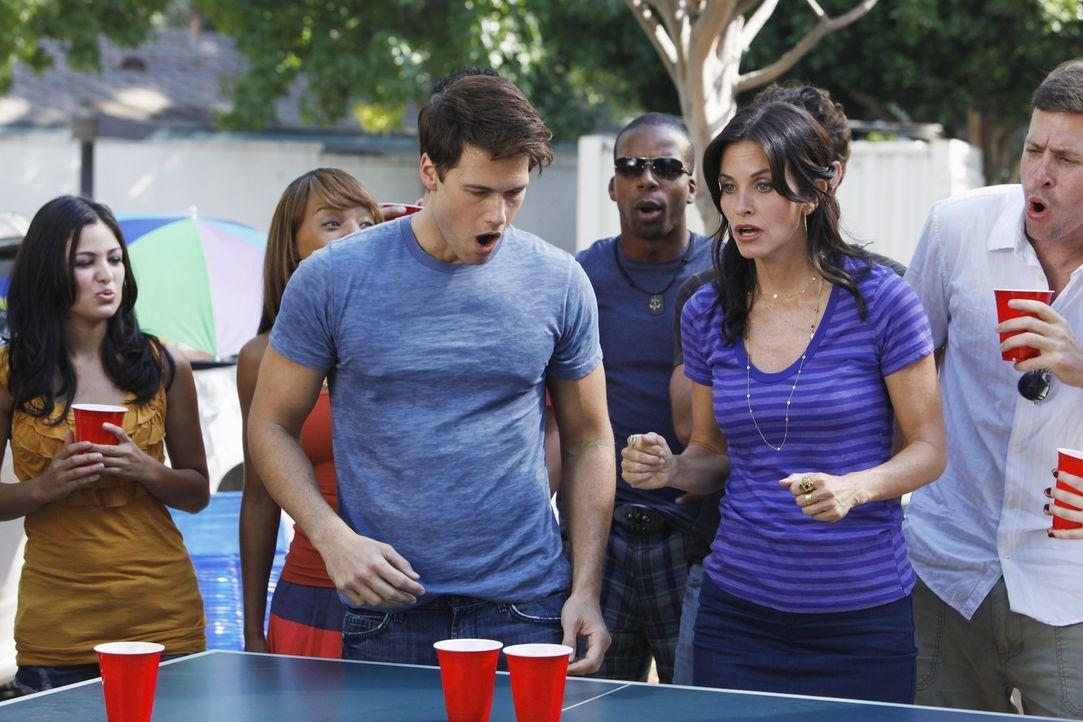 Als sich Josh (Nick Zano, l.) in Jules (Courteney Cox, r.) verliebt, beschließt diese, sich von ihm zu trennen ... - Bildquelle: 2009 ABC INC.