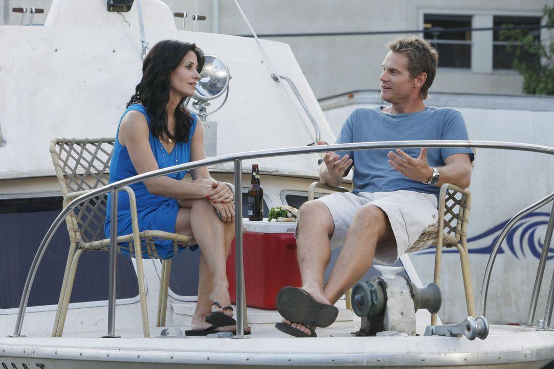 Jules (Courteney Cox, l.) kann nicht fassen, dass Bobby (Brian Van Holt, r.) mit Dr. Evans zusammen ist ... - Bildquelle: 2009 ABC INC.