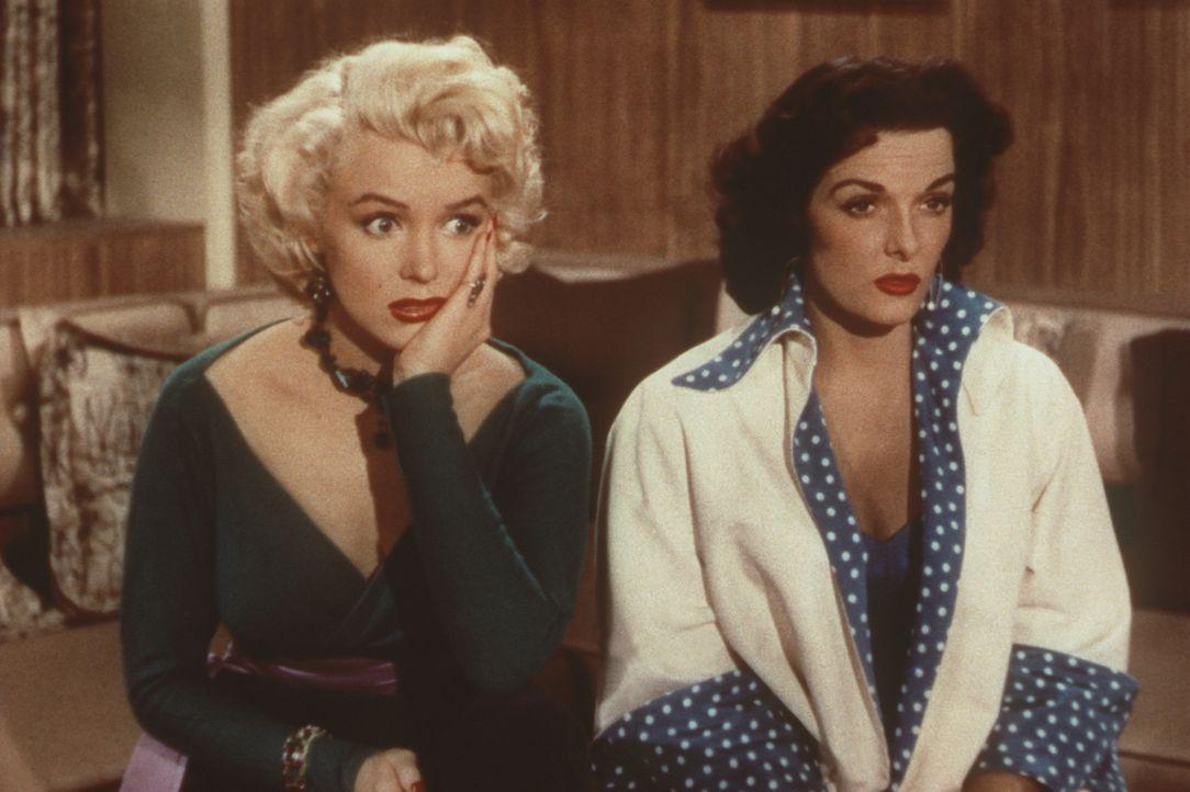 Lorelei (Marilyn Monroe, l.) und ihre Freundin Dorothy (Jane Russell, r.) haben unterschiedliche Interessen, die sich aber letztendlich doch ergänze... - Bildquelle: 20th Century Fox Film Corporation