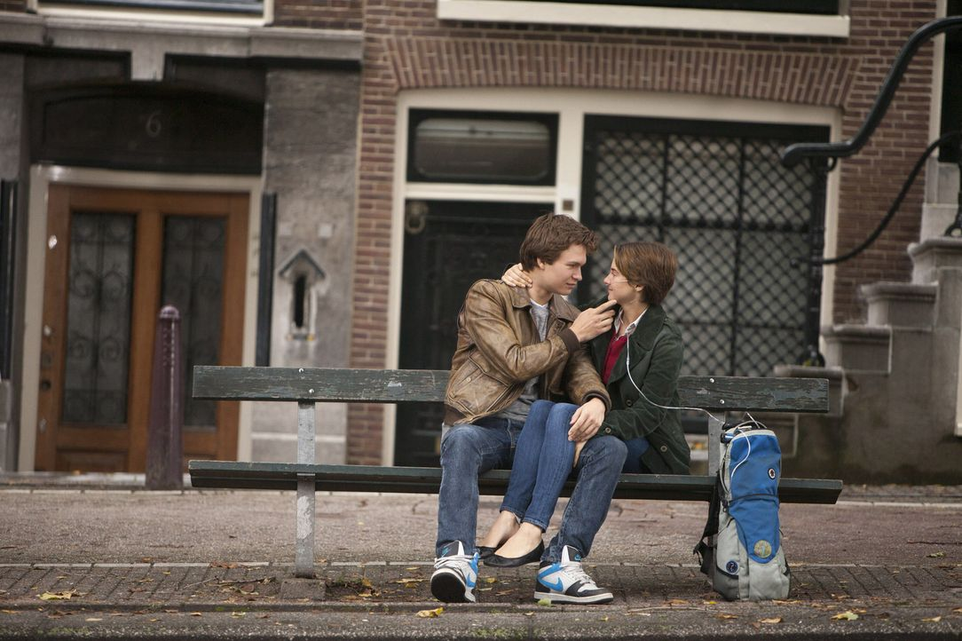 Die Krebspatienten Hazel (Shailene Woodley, r.) und Gus (Ansel Elgort, l.)  begeben sich auf eine magische Reise nach Amsterdam, die einige Höhen un... - Bildquelle: James Bridges 2014 Twentieth Century Fox Film Corporation. All Rights Reserved. Not for Sale or Duplication.