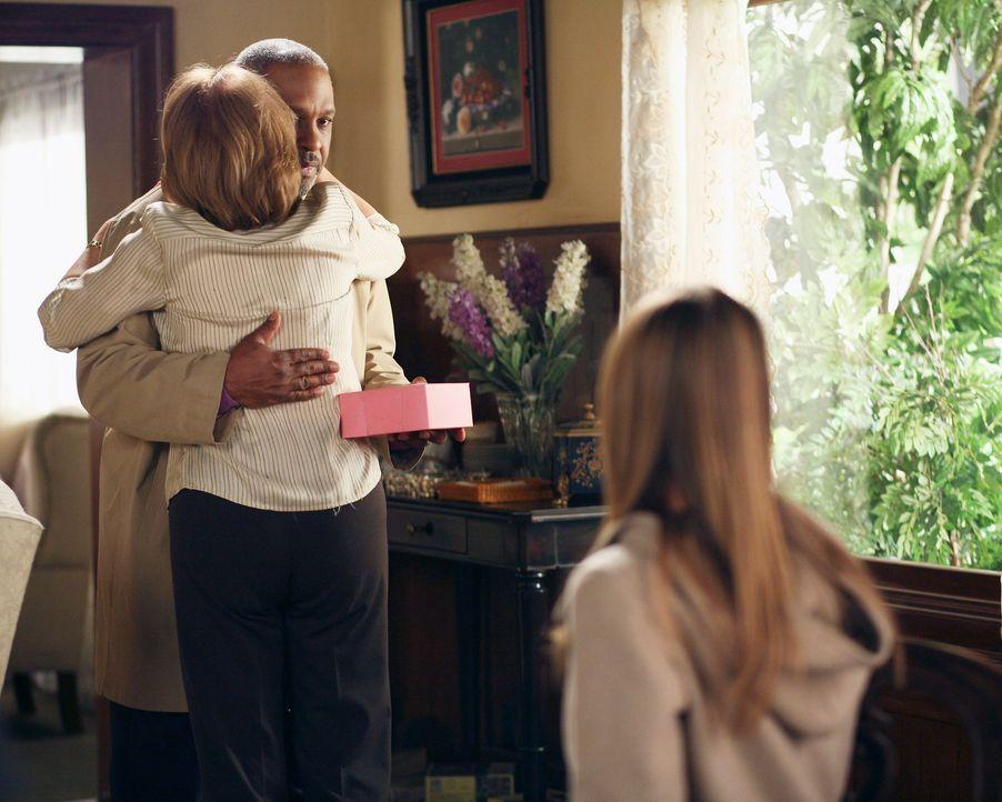 Meredith' (Ellen Pompeo, r.) Mutter Ellis Grey (Kate Burton, M.) ahnt noch nicht, dass Richard (James Pickens Jr., l.) nicht mehr oft kommen wird, d... - Bildquelle: Touchstone Television