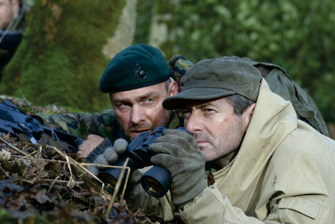 Während in Osteuropa der Krieg tobt, soll eine kampferprobte Söldnertruppe (Ray Stevenson, l. und Julian Wadham, r.) in einen alten Nazibunker ein... - Bildquelle: 2007 Cinema One SPV1 Ltd. All Rights Reserved.