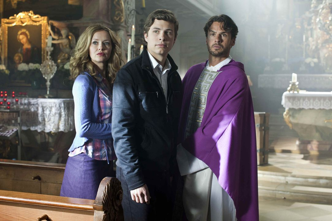 Ein Trio mit den unterschiedlichsten Moralvorstellungen: Laurin (Emil Reinke, M.), seine Mutter (Stefanie Stappenbeck, l.) und Pfarrer Gabriel (Step... - Bildquelle: SAT.1