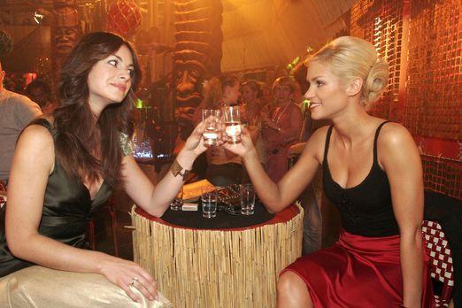 Verliebt in Berlin - Mariella (Bianca Hein, l.) und Sabrina (Nina-Friederike...