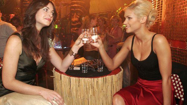 Mariella (Bianca Hein, l.) und Sabrina (Nina-Friederike Gnädig, r.) wollen si...