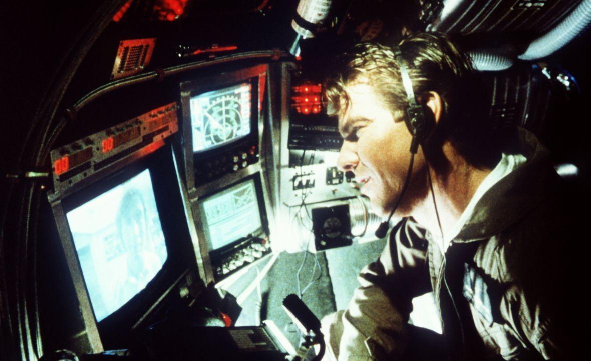 Tuck (Dennis Quaid) steckt in einer auf Bakteriengröße geschrumpften Raumkapsel und befindet sich im Körper des hilflosen Supermarkt-Kassierers Jack... - Bildquelle: Warner Bros.