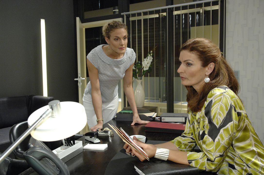Natascha (Franziska Matthus, r.) gesteht Maja (Barbara Lanz, l.), dass sie sich sehr einsam fühlt ... - Bildquelle: Sat.1