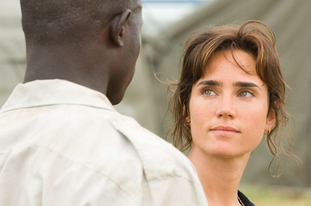 Journalistin Maddy Bowen (Jennifer Connelly, r.) verspricht Solomon Vandy  (Djimon Hounsou, l.), ihn nicht im Stich zu lassen ... - Bildquelle: Warner Bros.