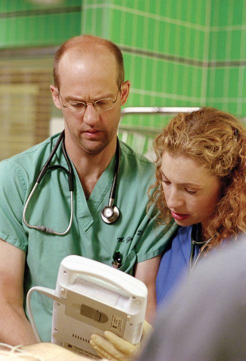 Greene (Anthony Edwards, l.) und Corday (Alex Kingston, r.) sind sich nicht einig, ob der Schwerverletzte sofort operiert werden soll oder nicht. - Bildquelle: TM+  WARNER BROS.