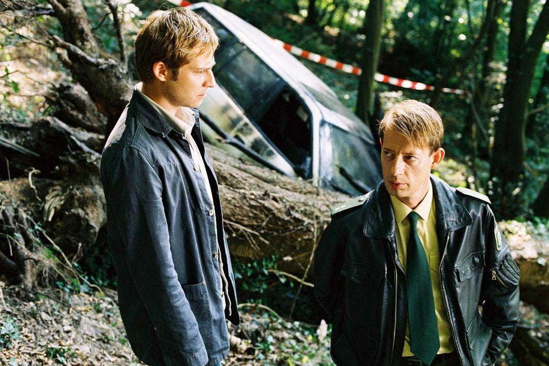 Zufall? Zier (Niels Bruno Schmidt, l.) befragt den Polizisten Brunkhorst (Luc Feit, r.) am Unfallort, an dem Frank Schubert mit dem Auto tödlich verunglückte.
